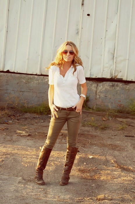 White shirt, brown boots and khaki skinny jeans.. my kind of outfit