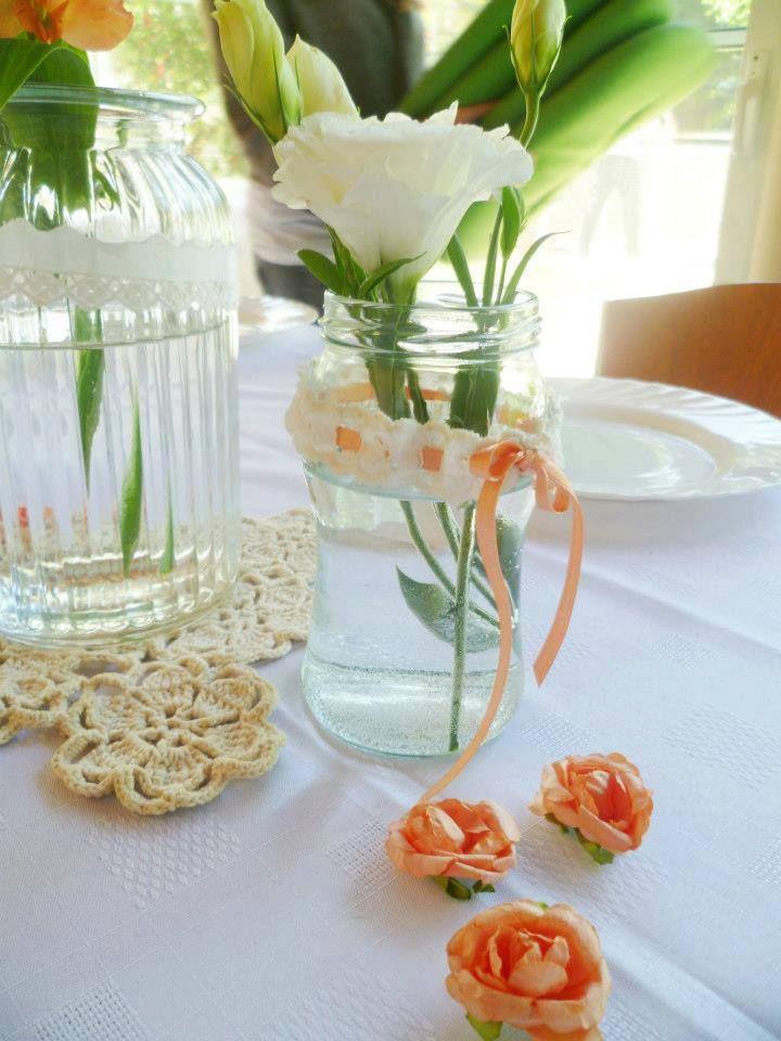 Tengo la idea de poner de centro de mesa frascos decorados tipo este con una cinta celeste