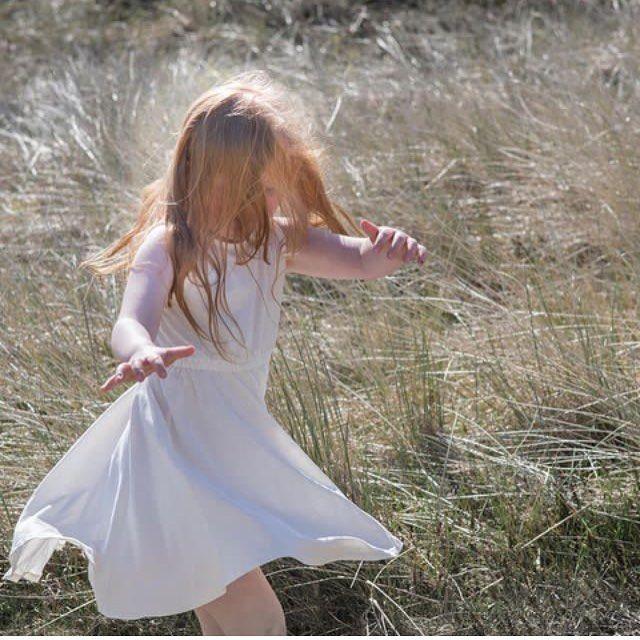 """11 Likes, 1 Comments - Økoyngel.dk (@oekoyngel.dk) on Instagram: """"Mangler din datter denne fine kjole fra @minimalisma_com ⭐️Det lette bomuldsstof gør den perfekt…""""  #minimalisma #luxurybasics #nordicbynature"""