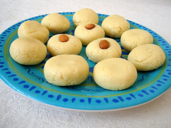 How about a classic Indian sweet recipe, Doodh Peda aka Milk Fudge, for Christmas? Pedas are rich, sweet and quick to make dessert recipe with hardly any preparation time.