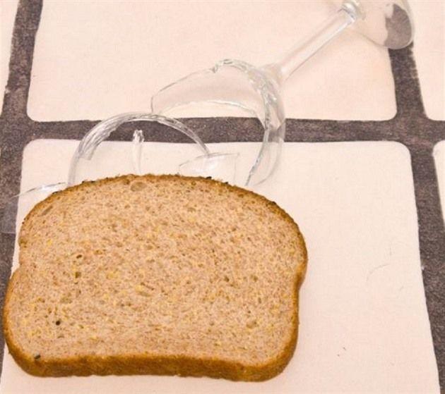 Rozbila se vám sklenice a chcete se zbavit všech malých střepů bez pořezání? Zachyťte je krajícem chleba.