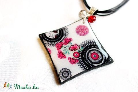 Meska - Fekete-magenta virágmintás nyaklánc, medál süthető gyurmából,polymer clay ékszer Rdesign kézművestől