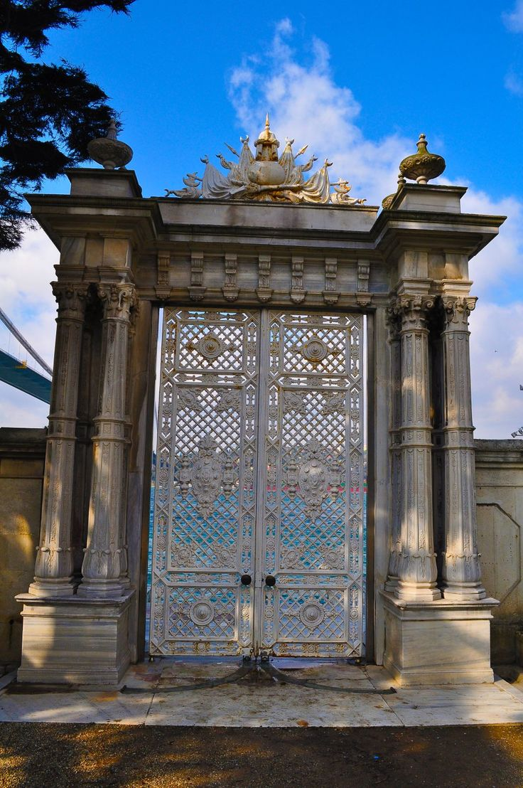 Beylerbeyi sarayı denize açılan kapı. Beylerbeyi palace other side is the sea