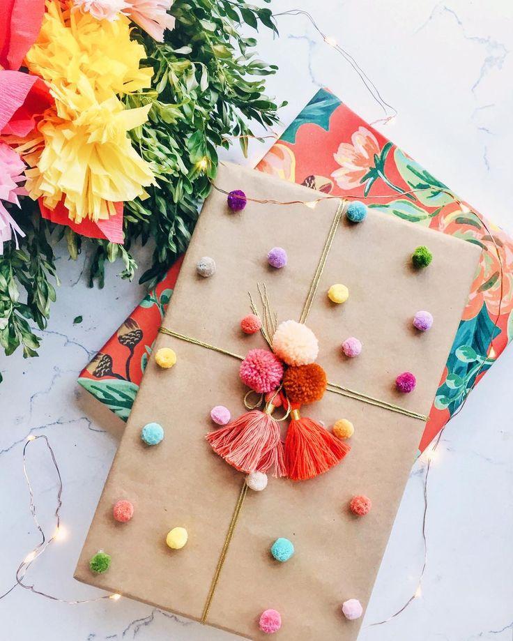 Geschenke hübsch und originell verpacken mit bunten Quasten und Pompons