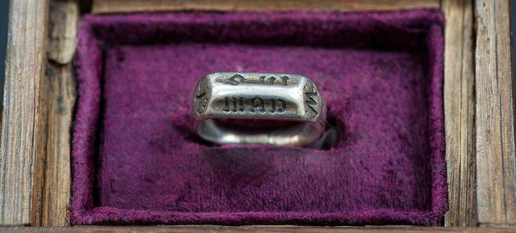 L'anneau en laiton de Jeanne d'Arc.Pris par l'évêque Cauchon il était depuis en Angleterre. Vendu aux enchères, il va être exposé au puy du Fou.