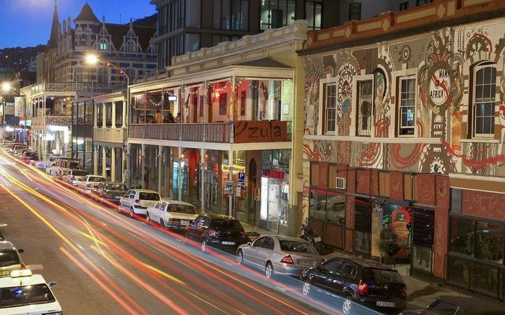 Лонг–стрит в Кейптауне полностью соответствует своему названию. Протяжённость этой улицы 3.8 километров. В зданиях викторианской эпохи днём работают антикварные и книжные лавки, а по ночам – рестораны и клубы.