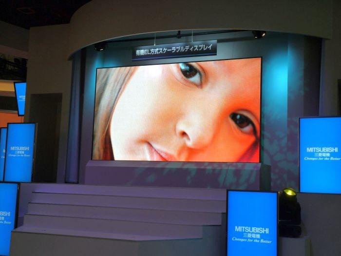 중앙의 OLED 전광판과, 좌-우의 LCD 판넬