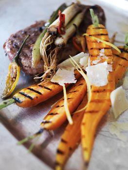 Hele grillede gulerødder og lammekoteletter