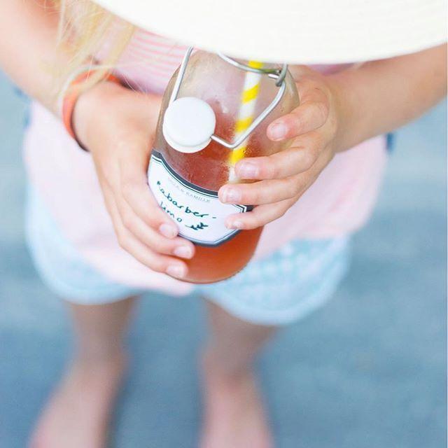 L I M O N A D E ☀️ alles smaakt beter wat je zelf maakt. Recept van de limonade staat op Wimke.nl #rabarberlimonade #linkinbio #blogwimke