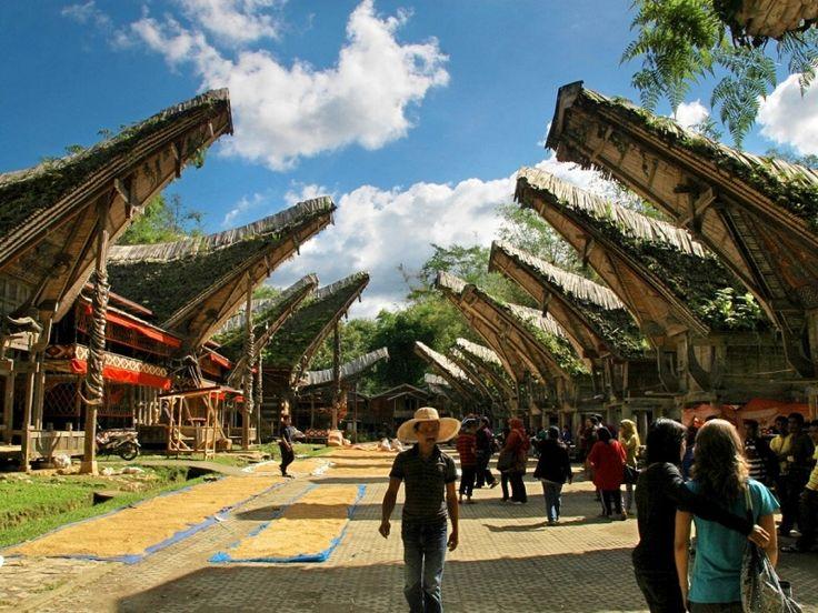 """Kete Kesu, desa wisata di Toraja yang menampilkan kehidupan tradisional masyarakat asli. Tanah Toraja terus meningkatkan pariwisatanya dengan slogan """"Discover the Sacred Highlands""""."""