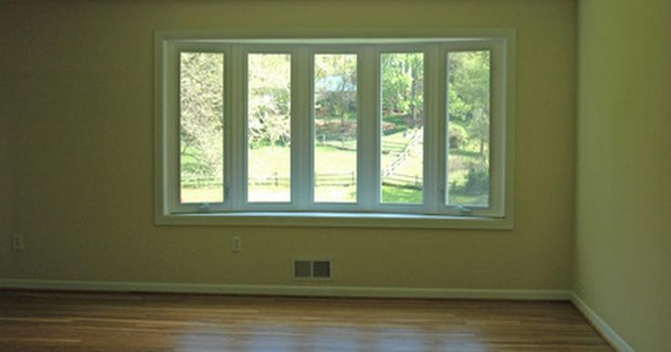 Trucos de pintura para cambiar la altura del techo. La altura del techo afecta la sensación del cuarto. Muy bajo y se siente claustrofóbico en vez de acogedor. Muy alto y se siente enajenador en vez de espacioso. Afortunadamente, hay una manera de cambiar la sensación del ambiente sin el costo y la dificultad de remodelar; un buen trabajo de pintura puede engañar tus ojos para que vean el cuarto ...