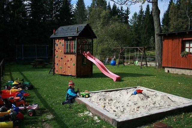 Venku najdete dětské hřiště s pískovištěm