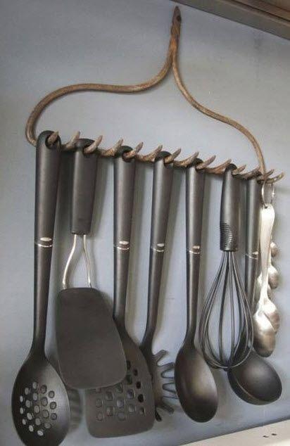 Já pensou em organizar seus utensílios de cozinha com o auxílio de um ancinho? #organização #cozinha #kitchen #utensílios #kitchenutensils
