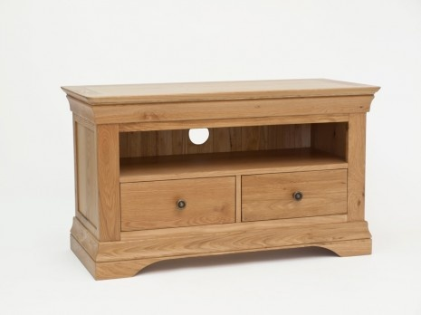 The Bordeaux Oak Small TV Unit displays sophisticated French styling, crafted from exceptional solid oak and oak veneers. Featuring elegant curved cornicing in combination with delicate antique style metal handles, this piece is certain to bring panache to a living room.£245.00