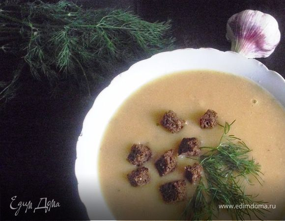 Легкий гороховый суп с чесночными гренками. Ингредиенты: горох, лук репчатый, морковь