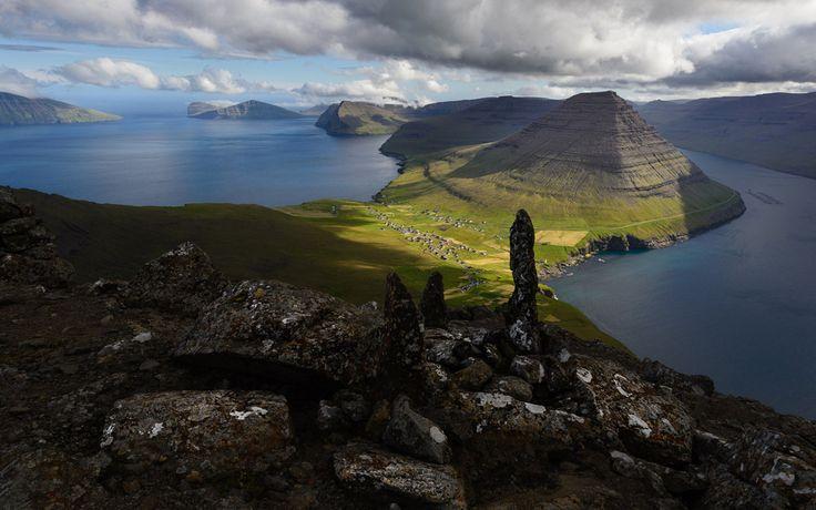 A Feröer szigetek (magyarul Juh-szigetek) a középkor óta lakott vulkáni eredetű szigetcsoport, és a híres vikingek hazája. A sziget csoport Dániához tartozik, de 1948 óta széleskörű autonómiával rendelkezik. Parlamentje az egyik legrégebbi az egész világon (Logting).   #biciklizés #Dánia #Feröer szigetek #hegymászás #madárles