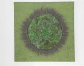 Groen kunstwerk voo raan de muur. Merino wol en groene krullen.