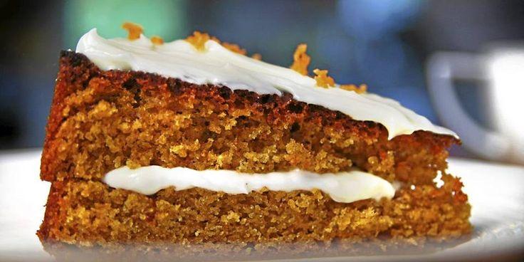 Gulrotkake: 4 stk egg 3 dl sukker 3 dl hvetemel, siktet skallet fra en halv appelsin (bare det gule! Ikke det hvite) 2 ts bakepulver 1 ss kanel 1 ts salt 1 ts vaniljesukker (eller frøene fra en vaniljestang) 5 ss olje eller smeltet smør 5 dl revet gulrot  GLASUR 250 g smøre ost (f. eks Snøfrisk eller Philadelphia) 1 ts vaniljesukker 3 ss smør, smeltet 300 g melis