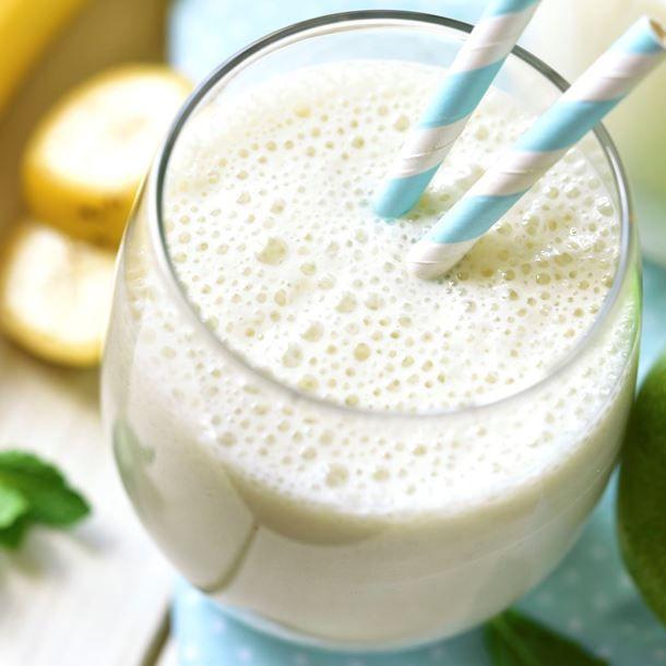 Smoothie miel et banane au yaourt   1 banane  1 yaourt  5 cl de jus de citron  1 c. à café de miel