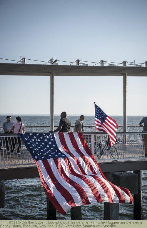 riesige amerikanische Flaggen am Ufersteg in Coney Island, Brooklyn, New York, USA, Vereinigte Staaten von Amerika