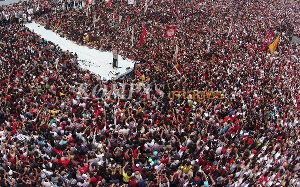 Calon presiden Joko Widodo memberikan orasi dalam acara Konser Salam 2 Jari Menuju Kemenangan Jokowi-JK, di Stadion Utama Gelora Bung Karno, Senayan, Jakarta, Sabtu (5/7/2014). Konser ini dihadiri oleh ribuan simpatisan Jokowi-JK