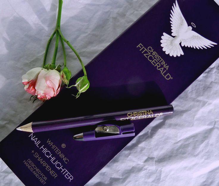 Beauty Unearthly: Christina Fitzgerald Whitening Nail Highlighter + Sharpener swatches/ Отбеливающий карандаш для ногтей Кристина Фитцжеральд отзыв