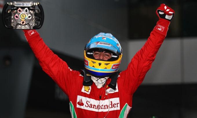 Lo asturiano della Ferrari conquista il successo nel Gp di Sepang e va in testa al Mondiale.