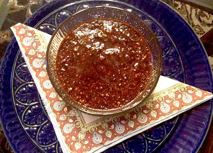 salsa de cacahuate| 1 Taza de cacahuates salados •1 Chile chipotle • 150 Gramos de chile de árbol• 1 Taza de aceite de oliva • 6 Dientes de ajo • 1 Pizca de orégano || ¿Cómo se prepara? salsa de cacahuateLo primero que haremos será freír los chiles junto con los ajos en la mitad de la taza de aceite, freímos un poco lo suficiente evitando que se queme el ajo porque se amarga la salsa, antes de apagar el sartén agregamos los cacahuates, sofreímos 3 minutos más para que el cacahuate suelte…
