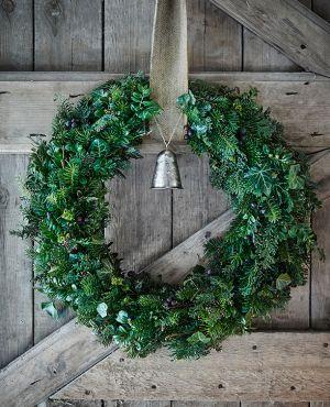 Lav din egen smukke krans med vinterens dekorative materialer. Den forskønner den mørke tid og pynter så fint på hoveddøren. Se alle vores kreative kranse i galleriet!
