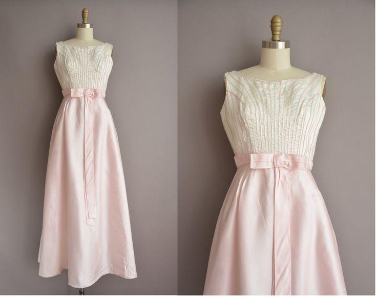 Prachtige vintage jaren 1950 roze satijn volledige lengte partij jurk, ronde hals met een iriserende sequin gedekt bodice, buste Darten met een vleiende gesmoord taille pasvorm, terug rits sluiting, gevoerde Tule rok.  ✂---M E EEN S U R E M E N T S--- best past: kleine  Bust: 35 Taille: 26 heupen: open fit totale lengte: 56  materiaal: satijn, pailletten voorwaarde: uitstekend _______________________________ ☆ Bezoek de winkel ☆ http://www.etsy.com/shop/simplicityisbliss…