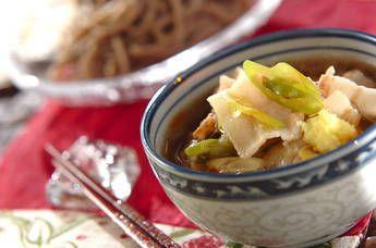 豚の脂とネギの甘みが広がっただし汁に、おろしショウガやラー油を加えてパンチのある味に仕上げます。