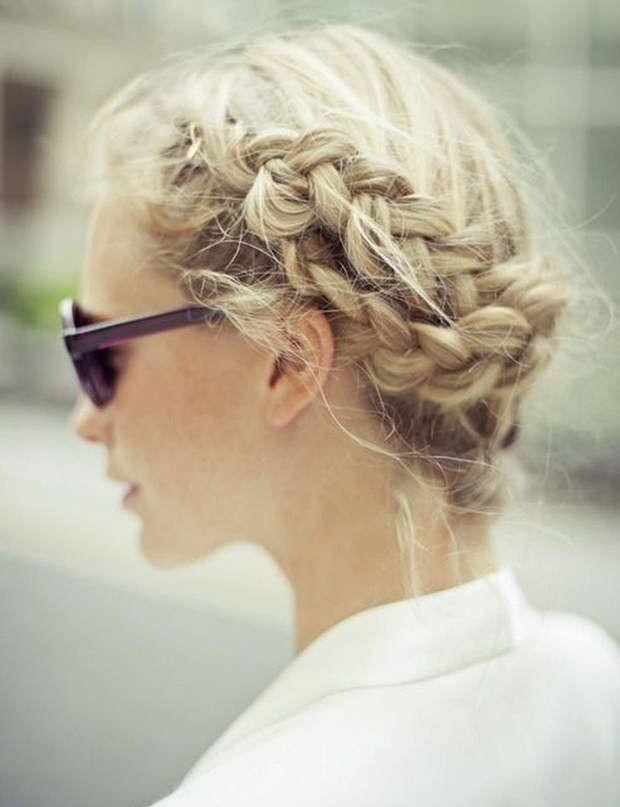 Une couronne tressée Enroulez deux tresses tout autour de votre tête avant des les fixer avec des pinces à chignon.