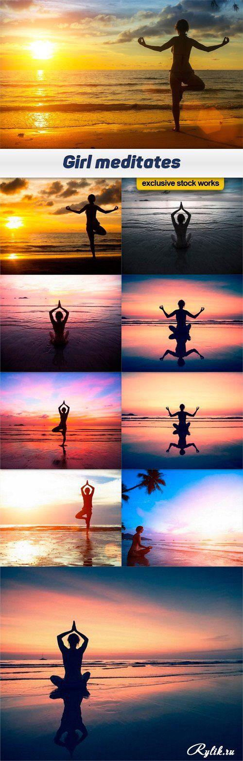 Девушка медитирует на берегу океана на фоне заката солнца фото. Girl meditates