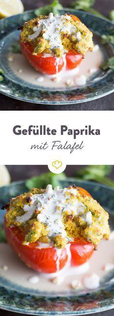 Hack war gestern. Heute füllen wir unsere Paprika mit einer selbstgemachten Falafelmasse und toppen sie mit einer cremigen Dillsauce.