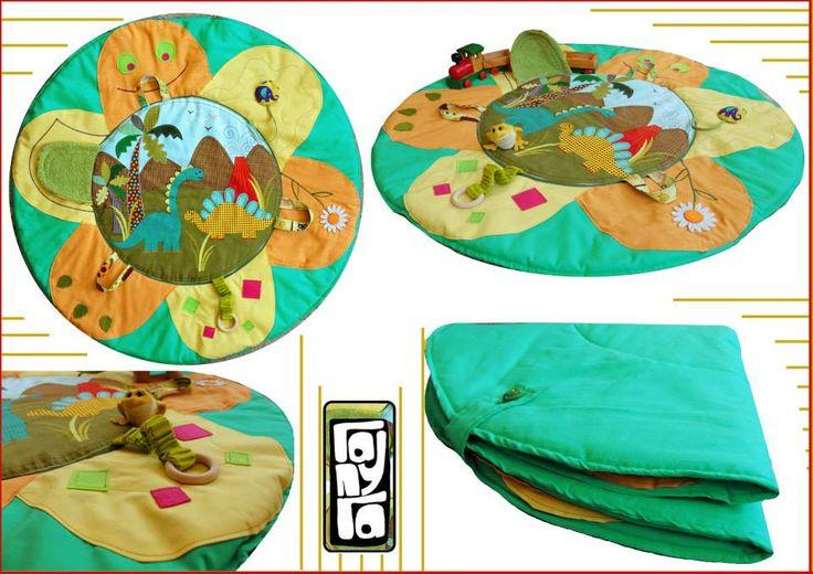 Tappeto da gioco per bimbi,imbottito.Completo di vari pendenti che offrono diverse attività e primi stimoli. Misura diametro cm 92