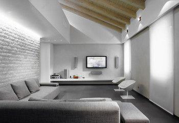 divano in tessuto grigio nel soggiorno moderno