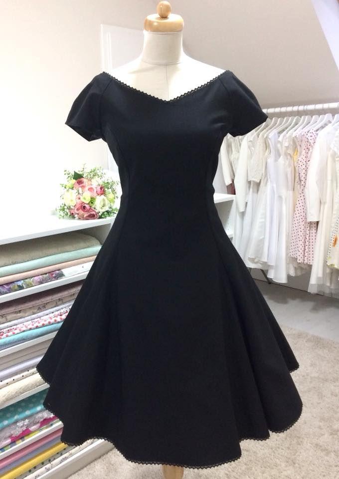 Už dlouho jsem pro vás neměla žádné černé šaty 💃 Střih Milla je  inspirovaný svatebními šaty Jackie Kennedy. Výstřih a okraj sukně jsou lem… 8217fb3697