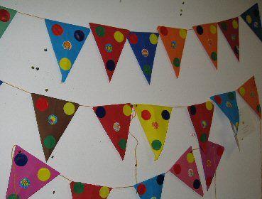 Verjaardag vlaggetjes. Iedereen maakt aan het begin van het jaar een vlaggetje met de datum van zijn/haar verjaardag en deze worden aan een grote lijn gehangen