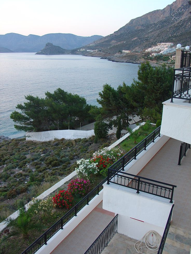The air-conditioned studios overlook the Aegean Sea, the pool or the mountain.
