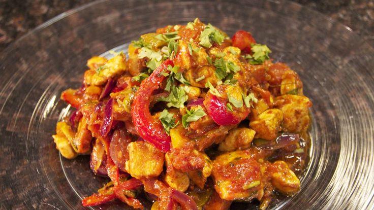 Denne kyllingretten har ulike navn i India – den kalles også kadhai chicken og chicken do piaza. Felles for alle at dette er en wokrett, uten mye saus, men rik på smaker fra urter og krydder.