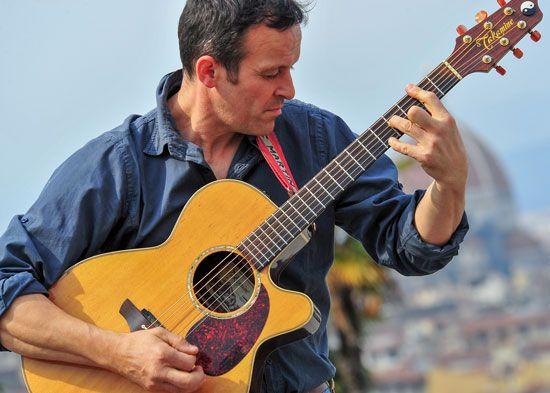 """Valter Tessaris: chitarrista fingerstyle, torinese di origini croate, vicentino per amore, musicista di strada da 15 anni, in arte è """"Acoustic Spirit""""."""
