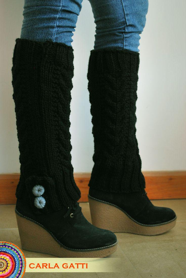 Polainas tejidas en dos agujas a puro diseño, en color negro. Por consultas comunicate conmigo, visitando mi blog: carlagatti.blogsp... y mi Facebook: Carla Gatti Patagonia Tejidos