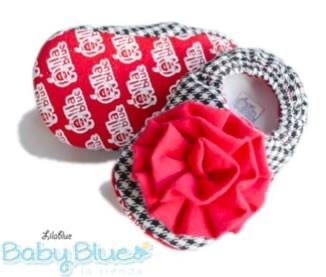 Lilablue Clavel Rojo  Disponibles en nuestra tienda en tallas:  3-6 meses  6-9 meses  9-12 meses $260.00