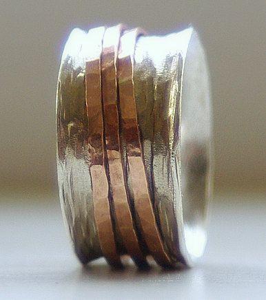 Handgemaakte unieke aardse trouwring: Rustieke Sterling zilver en 14 k rose goud vullen brede spinner ring:  Een zilveren band gehamerd met een unieke golfde patroon te geven textuur & uitgebreid met drie mager gehamerd ringen van 14 k rose gold vulling. De band is gewoon een haar onder 1mm dik en 3/8 breed. De randen van deze spinner ring zijn opgelaaid, om de drie roze gouden vulling mager ringen op zijn plaats houden. De ringen van de stapel mager rose gouden vulling zich vrij bew...
