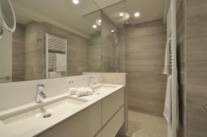 - te koop - Gelijkvloerse verdieping - 3 slaapkamers  -135 m2 - bewoonbare oppervlakte - Uitzonderlijk tuinappartement, volledig gerenoveerd in een tijdloze, hedendaagse sfeer, uitstekend gelegen op enkele passen van de minigolf Zoute en d  - lift - dubbel glas - verdieping: 0 - gemeubeld  3 bad(en) -  2 douche(s) -   2 toilet(ten) -