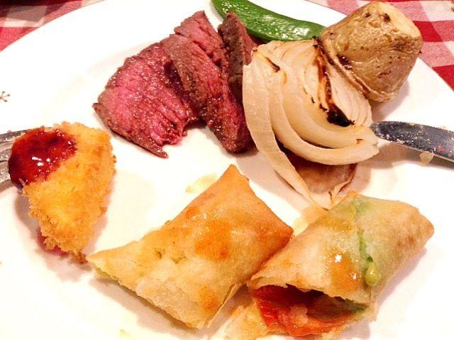 作った料理をお皿に盛り付けてみました。カマンベールのフライにはブルーベリーソースが合います。 - 6件のもぐもぐ - クリスマスの料理。カマンベールのフライ、アボカド、トマト、チーズの春巻き。ローストビーフそして、バーニャカウダと赤ワインを頂きました。 by 東 直美