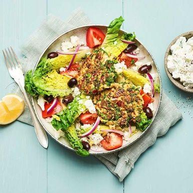 Det är lätt som en plätt att laga dessa härligt matiga och mustiga grönsaksbiffar. Grönsakerna till biffarna är redan hackade och klara. Tillsätt dina favoritkryddor för extra piff. Med den krispiga salladen och yoghurtsåsen blir detta en fräsch och smakrik vegomåltid.