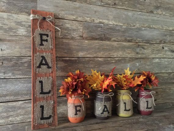 Ce signe de palette automne ajoutera automne rustique chaleur à nimporte quelle maison. Excellente idée-cadeau !  TAILLE & DESCRIPTION : Automne Burlap palette signe est environ 18 de hauteur x 4 de largeur x 1/4 po dépaisseur.  Le fond est peint dans une peinture acrylique orange brûlé en détresse avec une technique blanche lavée à la main. Nous avons peint les lettres F.A.L.L., une lettre sur une parcelle de toile de jute à la main. Sur le dessus, nous avons ajouté une enveloppe de ficelle…