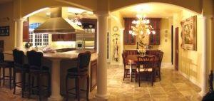 Diese Küche mit Bögen und Säulen wurde auf den Wohnbereich erweitert. Die L förmige Küchenbar mit Granit-Arbeitsplatten in Set Holzschränke und hohen Holzstühlen. Freuen Sie sich auch auf Geräten aus rostfreiem Stahl und Dunstabzugshaube, eleganten Kronleuchtern und Pendelleuchten. Die Marmorböden und dunkel getönten Ess-Set auch Schönheit dem Bild hinzufügen. Quelle: Rs homedesign.com