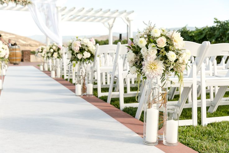 You can never go wrong with extravagant vineyard wedding decor and perfect floral creations.
